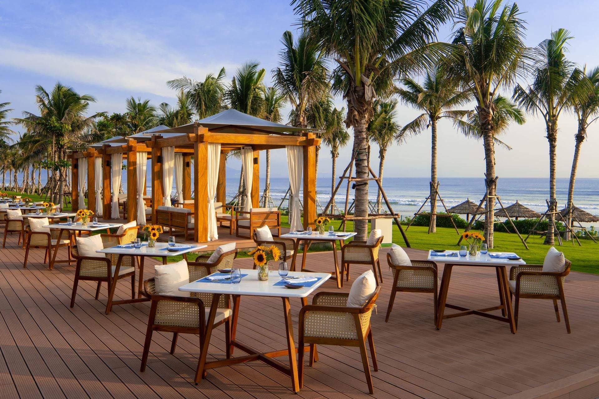 Thưởng thức ẩm thực với gió biển mát lành