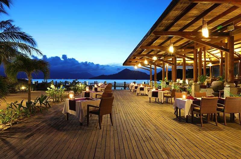 View nhìn ra biển thơ mộng khi dùng bữa tại Resort