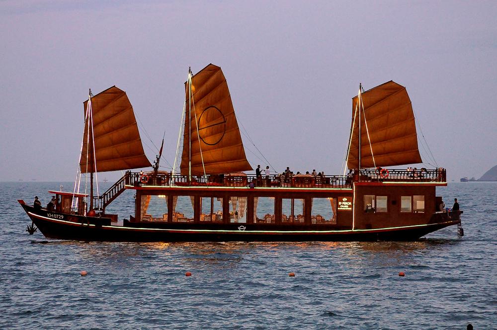 Du thuyền Emperor Cruise