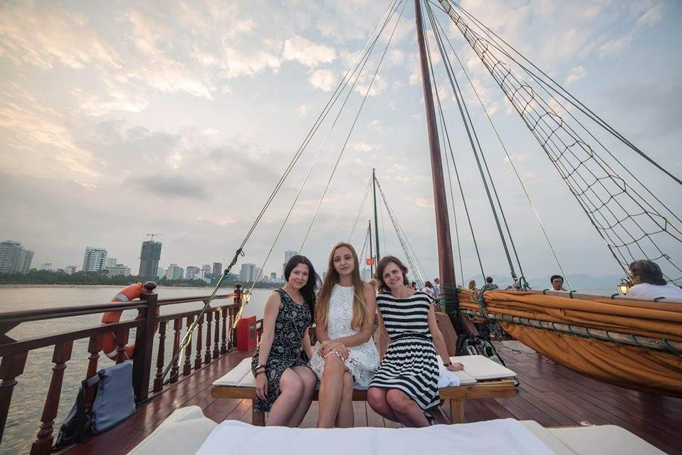 Ngắm hoàng hôn trên du thuyền Emperor Cruise Nha Trang
